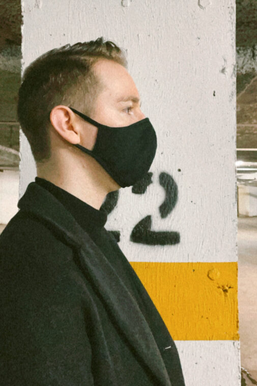 Man wearing Uniqlo resueable Airism Mask.
